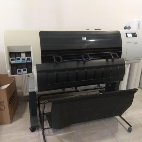 Satılık ikinci el HP Designjet T7100 geniş dormatlı dijital baskı makinesi. Çalışır durumda, fotoğrafı ektedir.